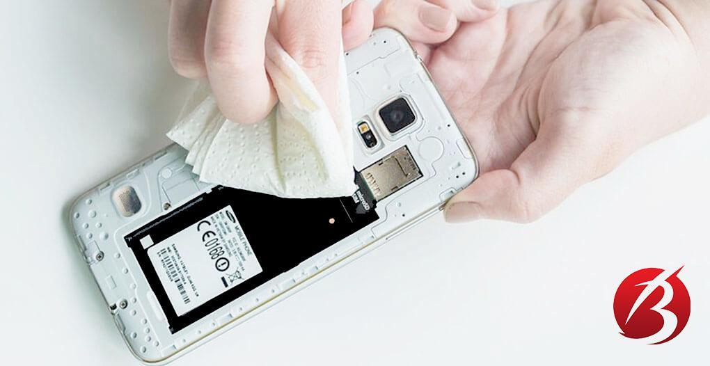 اقدامات اولیه پس از افتادن گوشی درون آب - تمیز کردن موبایل با دستمال